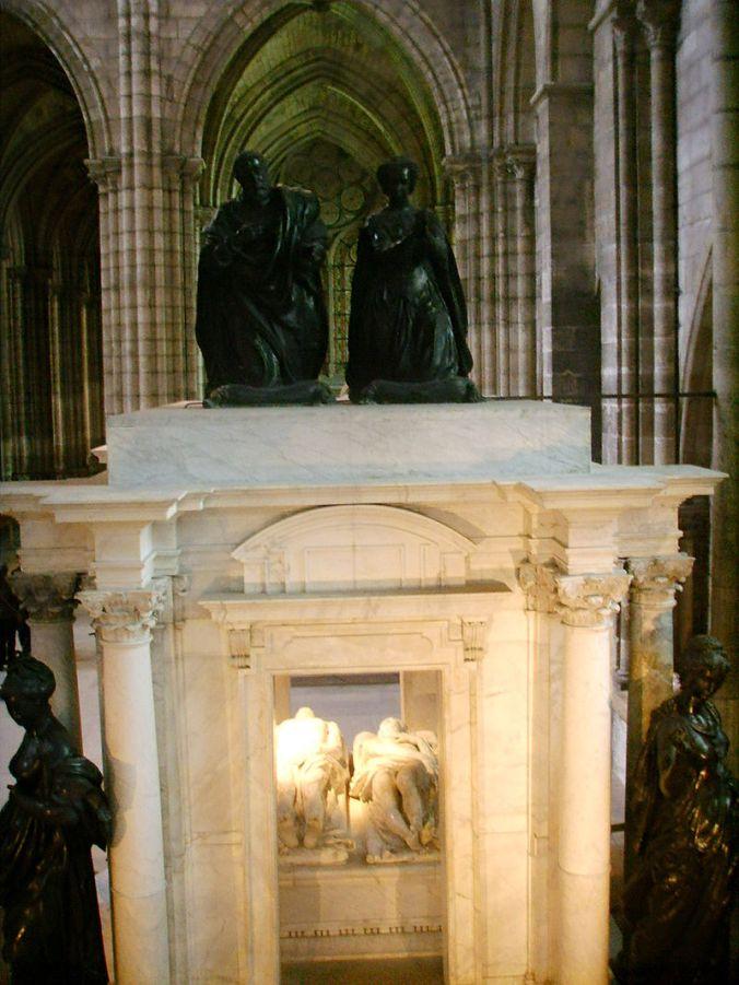 800px-Basilica_di_saint_Denis_tomba_enrico_II_e_caterina_de'_Medici_02